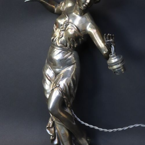 Applique en régule argenté représentant une jeune femme dont le bras forme lumiè…