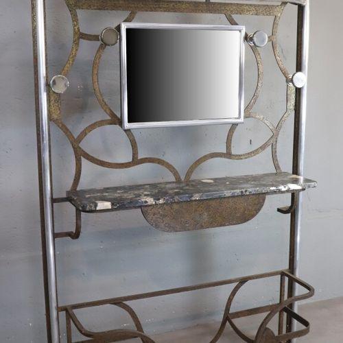 Vestiaire à structure en fer battu agrémenté de tubes d'aluminium et d'une table…