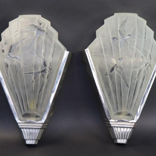 SABINO France  Paire d'appliques de style Art Déco en verre pressé moulé à décor…