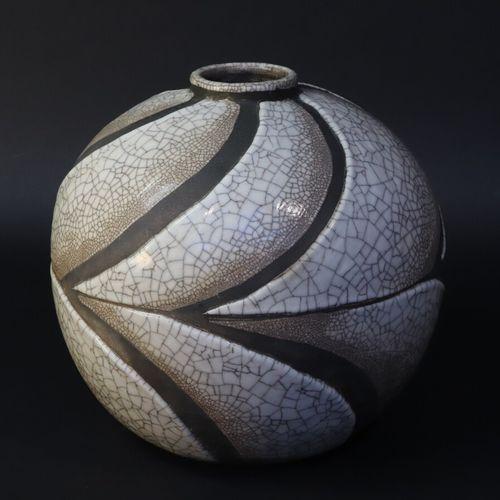 René BUTHAUD (1886 1986) alias Jean DORIS  Vase boule en céramique craquelée et …