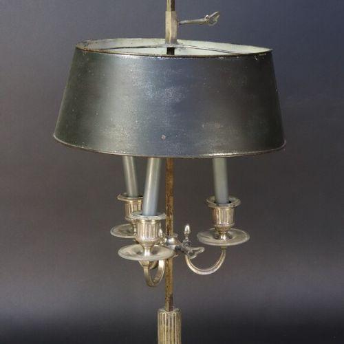 Lampe bouillotte en bronze argenté et tôle à trois lumières, le fût et les bobèc…