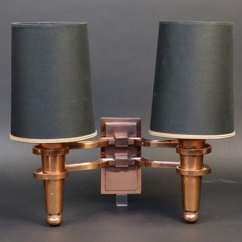 Applique à deux lumières en laiton cuivré.  Travail vers 1950  Haut. Avec abat j…