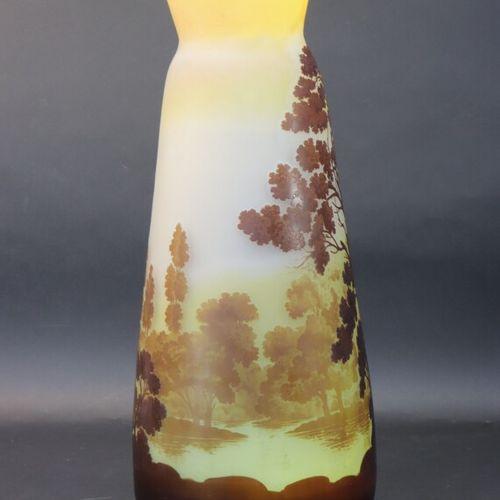 GALLE  Important vase à décor de paysage lacustre, verre à plusieurs couches, dé…