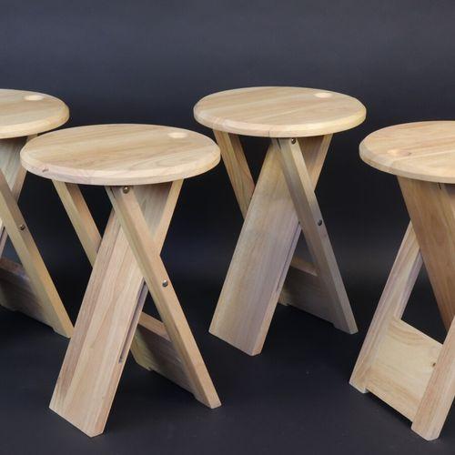 """Adrien REED  Suite de 4 tabourets pliants """"Suzy"""" en bois naturel, au dessous cac…"""