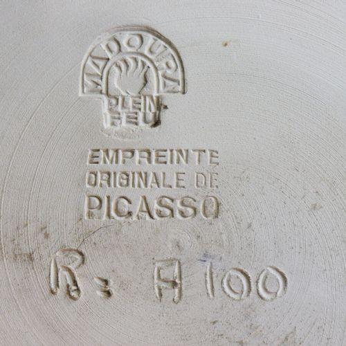 Pablo PICASSO (1881 1973) et MADOURA  Plat en terre brute décoré en bas relief d…
