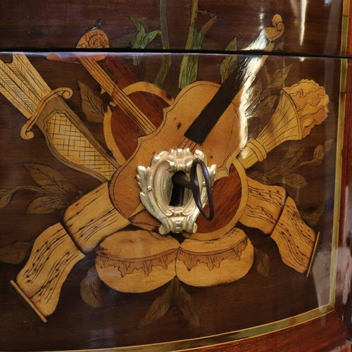 Commode demi lune en bois de placage à décor marqueté de trophée d'instruments d…