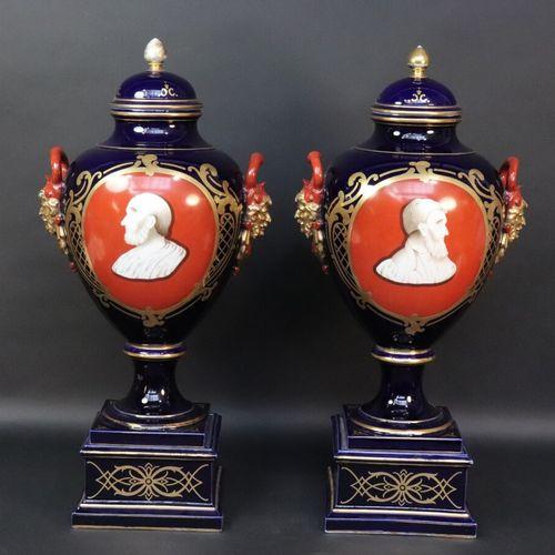 Importante paire de vases couverts en porcelaine polychrome à décor dans des rés…