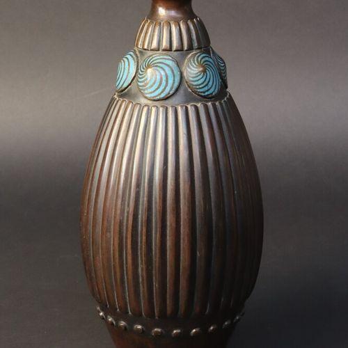 PRIMAVERA  Vase en dinanderie, le col à décor émaillé de 6 médaillons turquoises…