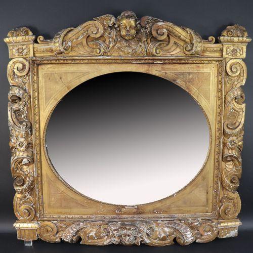 Important miroir ovale à encadrement rectangulaire richement sculpté et doré de …