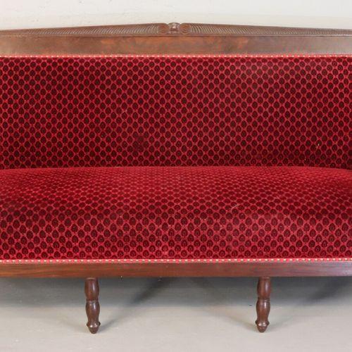 Mobilier de salon à dossier plat en acajou sculpté comprenant un canapé et six f…
