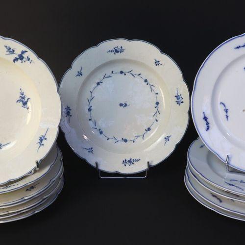 14 assiettes en porcelaine à décor bleu sur fond blanc: 8 en porcelaine tendre d…