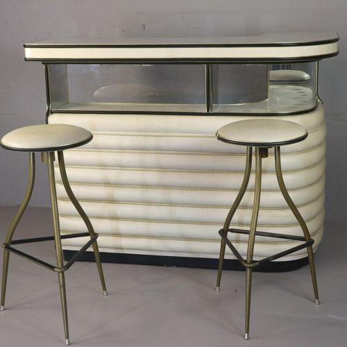 Meuble bar habillé en similicuir et formica beige agrémenté de baguettes et cord…
