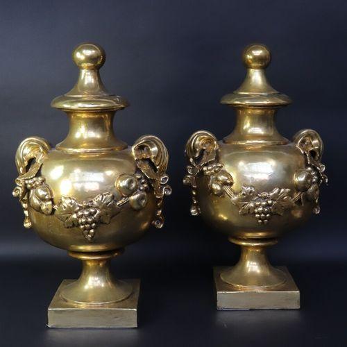 Paire de vases d'ornement en terre cuite dorée, la panse sphérique à anses feuil…