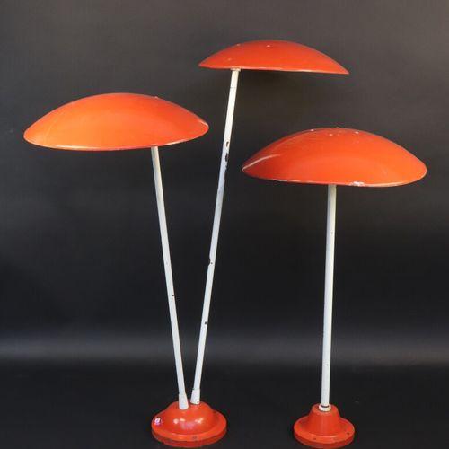 BEGA  Deux luminaires de jardin en métal laqué rouge et blanc, l'un à une lumièr…