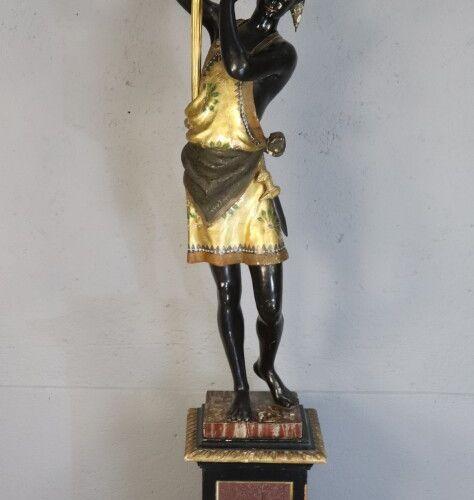 Nubien porte torchère en bois sculpté, polychromé et doré, sur un socle cubique …