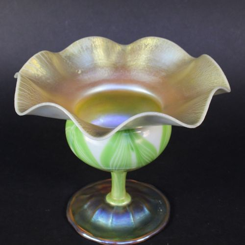 Louis Comfort TIFFANY (1848 1933)  Coupe sur pied de forme corole en verre irisé…