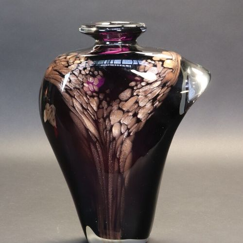 Michèle LUZORO (1949)  Vase à panse aplatie à décor de paillons dorés sur fond v…