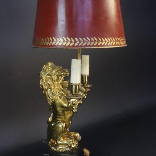 Lampe de type bouillotte en bronze à sujet d'un lion assis sur un socle de marbr…