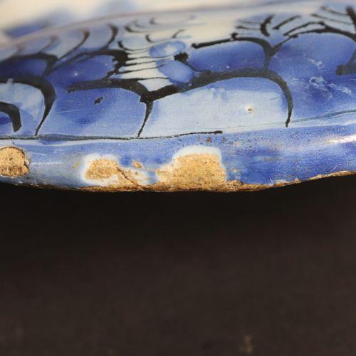FRANCFORT XVIIIe  Plat polylobé en faïence à décor en camaïeu de bleu de chinois…