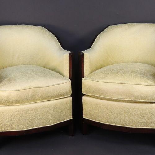 Paire de fauteuils tonneaux à structure en acajou verni, garniture de tissu vert…