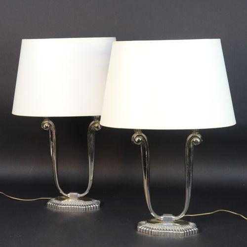 CAPON  Paire de lampes de table à deux lumières en métal chromé, la base godronn…