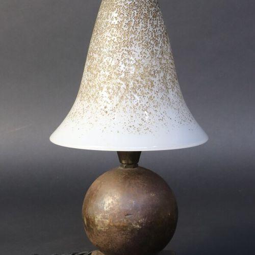 Edgar BRANDT (1880 1960) et DAUM, Nancy  Lampe champignon en fer forgé patiné de…