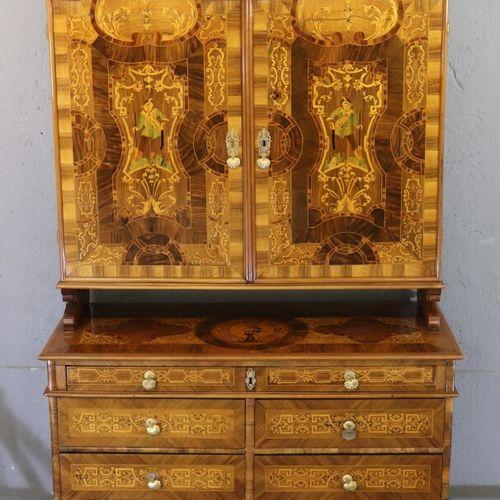 Buffet de présentation en bois de placage, ouvrant par 7 tiroirs sur quatre rang…