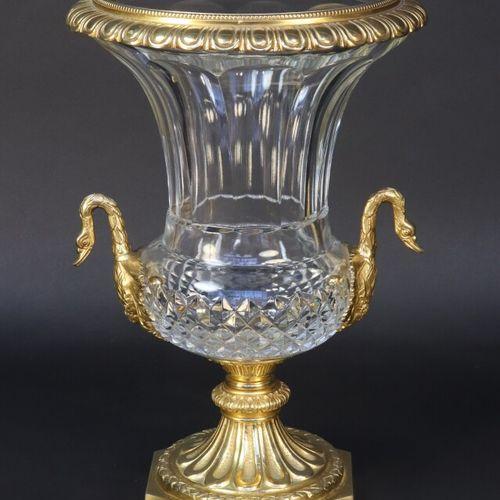 Vase type Médicis en cristal à pans et pointes de diamant, monture en bronze à c…