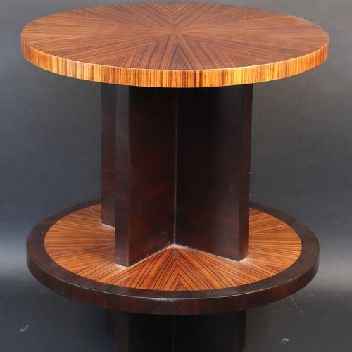 Guéridon circulaire en placage de palissandre à deux plateaux superposés, le fût…