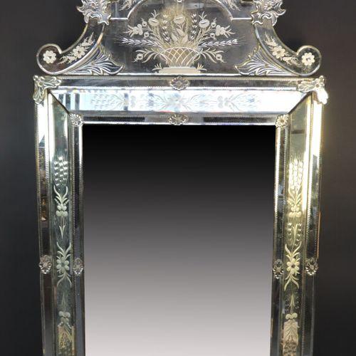 MURANO  Miroir à parecloses, le fronton à décor d'un panier fleuri sommé d'un pl…