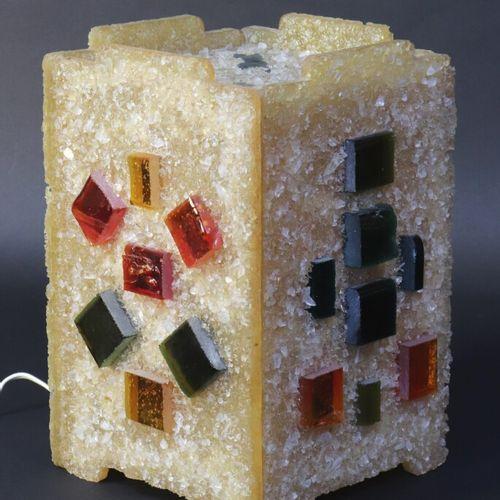 Lampe cubique en résine à décor appliqué de plaques de verre coloré.  Travail de…