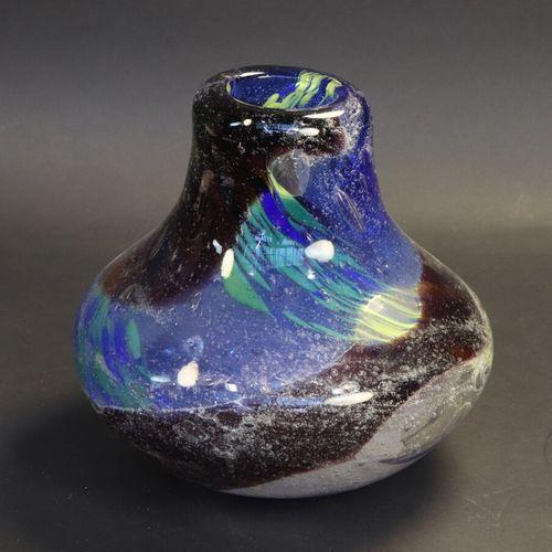 Vase moderne en verre bullé et teinté dans la masse. Dans le style de Murano  Ha…