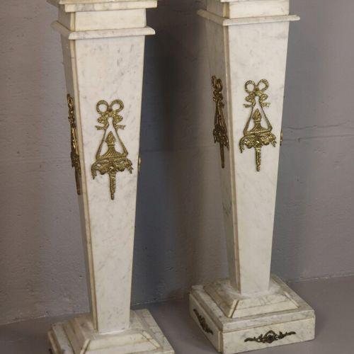 Paire de colonnes de section carrée en marbre blanc et ornementation de bronze d…