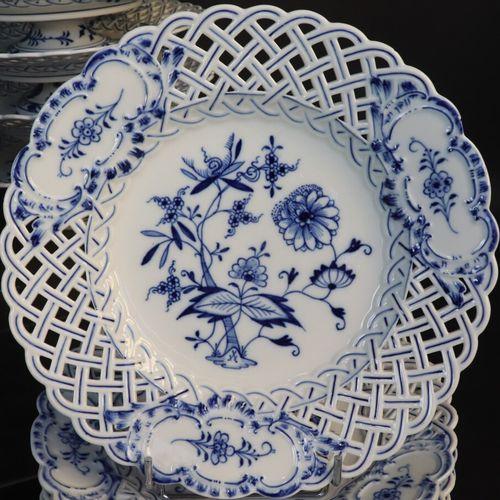 MEISSEN  Partie de service de table en porcelaine (95 pièces) à ailes ajourées f…