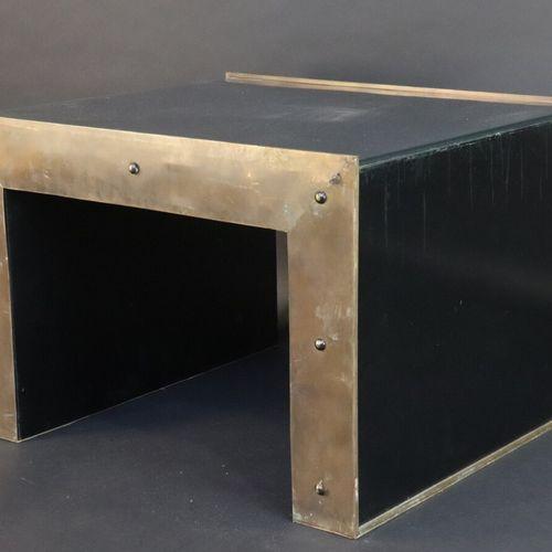 """Petite table basse pont habillée de trois plaques de verre dans une structure """"i…"""