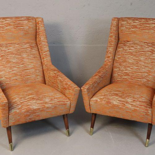 Paire de fauteuils habillés de tissu orange à fond gris, pieds en bois à sabot d…