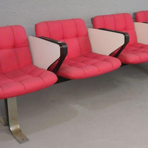 Rang de 4 sièges conférence sur piètement métallique lamellé chromé et noirci, l…