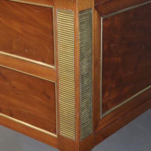 Petit bureau plat en acajou et placage d'acajou ouvrant par cinq tiroirs en faça…