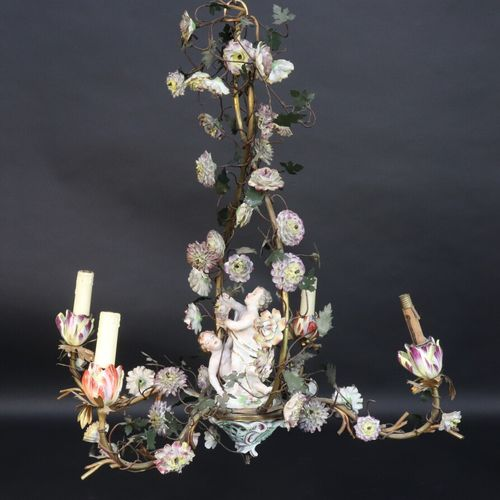 Lustre à quatre lumières à structure en métal agrémenté de branches et feuillage…