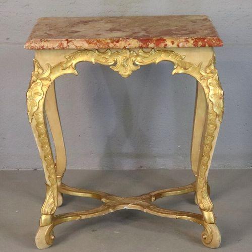 Table de milieu à piètement en bois sculpté rechampi et doré, dessus de marbre r…