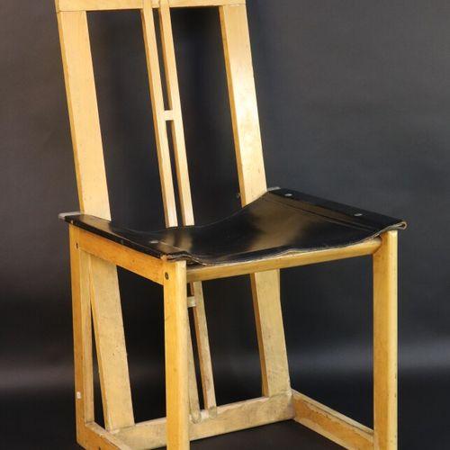 Chaise d'architecte à structure en bois clair et assise de cuir noir.  Travail i…