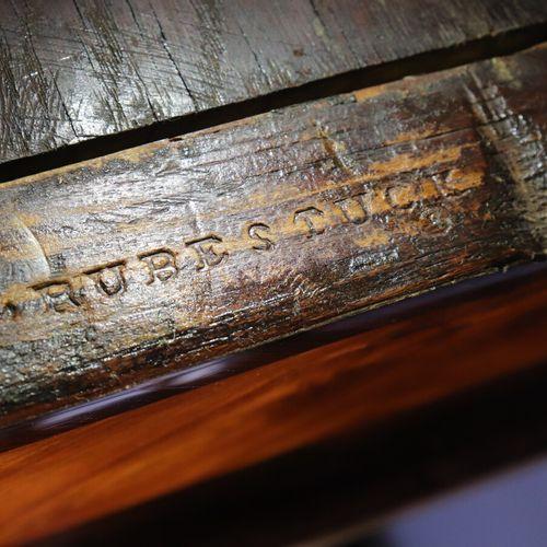 Bonheur du jour à gradin en bois de placage marqueté en frisage reposant sur qua…