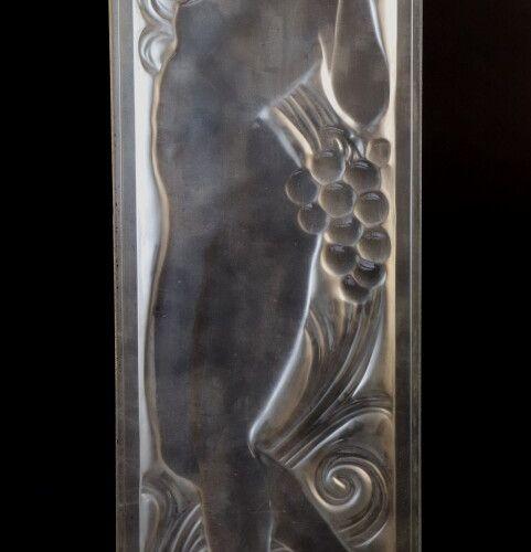 """LALIQUE  """"Figurine et raisins, tête levée"""", panneau de verre en relief en creux,…"""