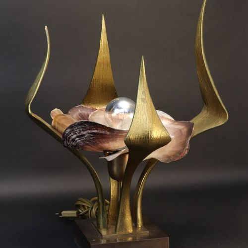 Willy DARO (XXe)  Lampe fleur en bronze et pétales de coquillage, signée sur la …