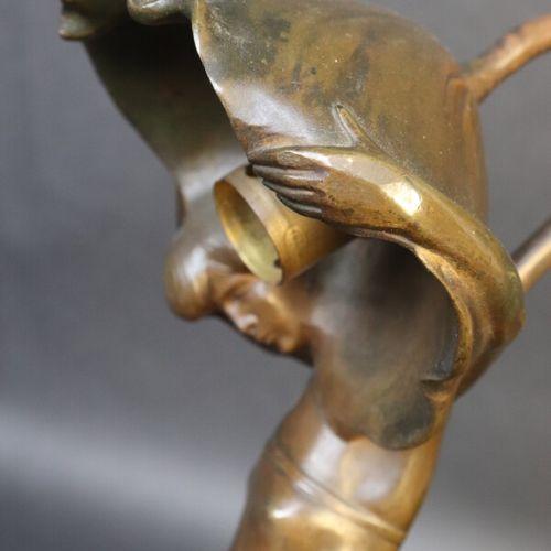 Gyula BETLEN (1879 1962)  Lampe femme au pavot, bronze sur socle de marbre rouge…