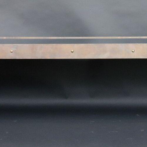 """Longue table basse pont habillée de trois plaques de verre dans une structure """"i…"""