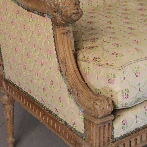 Petit canapé en bois naturel à décor de têtes d'anges et montants arrières en ca…