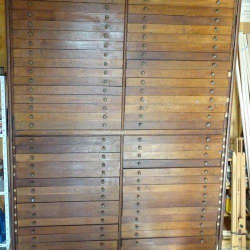 Meuble de métier en chêne à 60 tiroirs sur deux travées.  Dim. 217 x 158 x 53 cm…