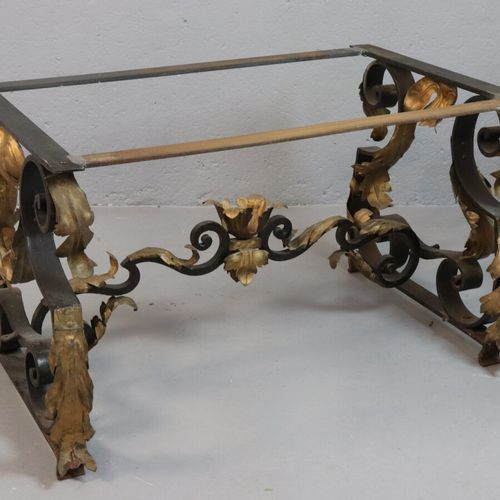 Table basse rectangulaire à piètement en fer forgé et tôle dorée, le plateau en …