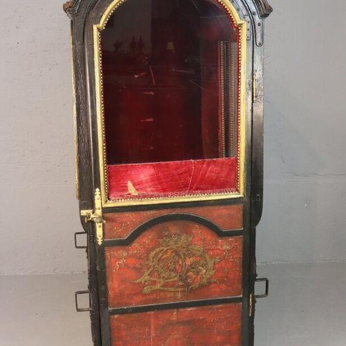 Chaise à porteurs à caisse en bois peint, la porte et les côtés ornés d'un monog…